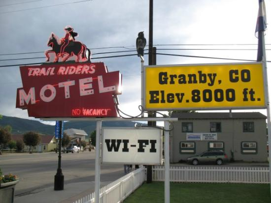 Trail Riders Motel: Sign in front of motel