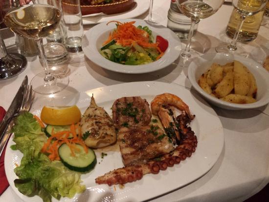 filet de thon grill espadon calamars poulpe crevettes picture of athena restaurant grec. Black Bedroom Furniture Sets. Home Design Ideas
