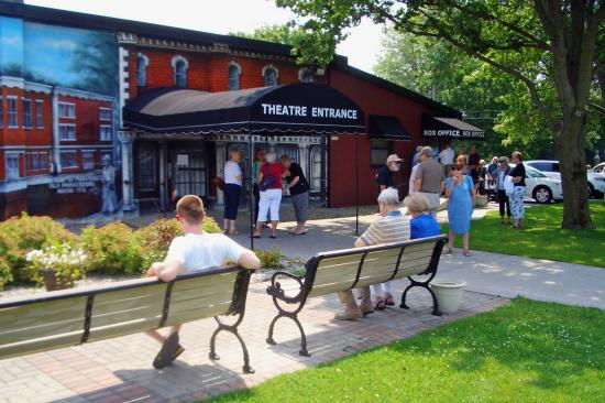 Morrisburg, Canada : Theater Entrance