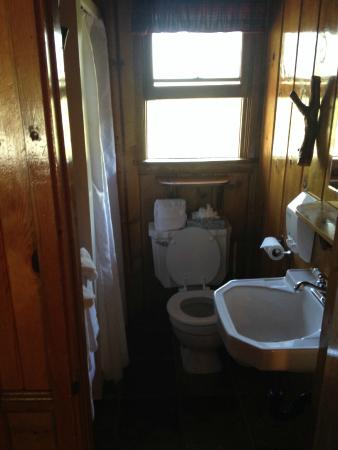 Strawberry Creek Bunkhouse: bathroom