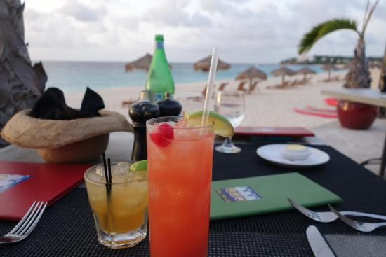 Straw Hat Restaurant: Great rum punch and cocktails!