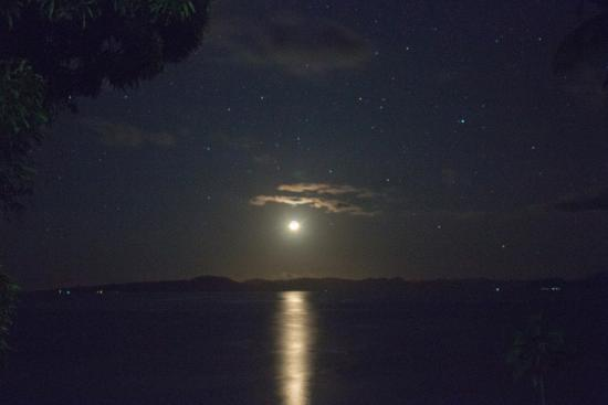 Nakia Resort & Dive: Moon rise from the resort property.
