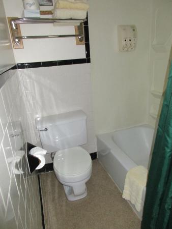 Oxen Yoke Inn, Motel & Cottages: Bathroom