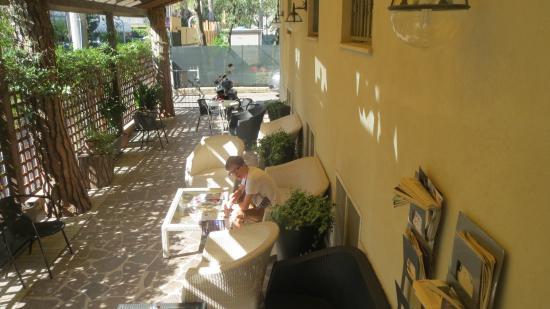 Hotel Villa Maris: Тенистое место перед фасадом отеля