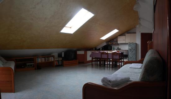 panoramica soggiorno mansarda con divani letto - Foto di B&B Il ...