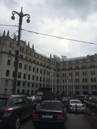 Hotel Metropol Moscow: Вход в отель не сразу виден.