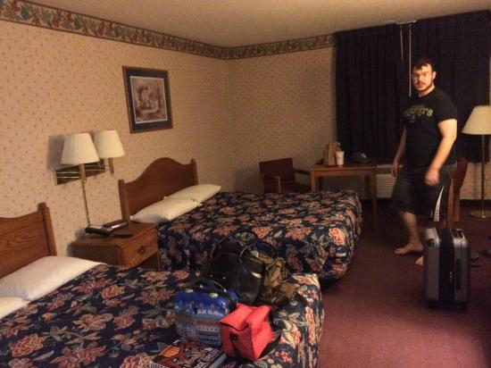 """Heritage Inn Amana Colonies Hotel & Suites : 80""""s decor and low icky beds."""