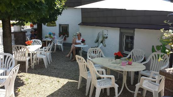 Nossen, เยอรมนี: Viele und gemütliche Sitzplätze im Schatten