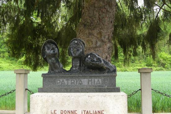 Auberge de la Vallee: Stèle cimetière italien de Soupir
