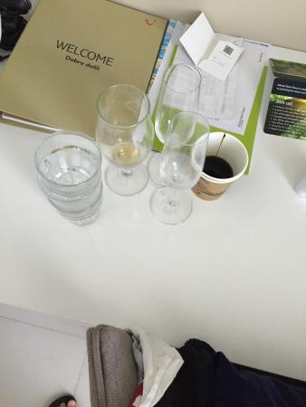 Zivogosce, Croacia: Glasses not cleared from room for 3 days