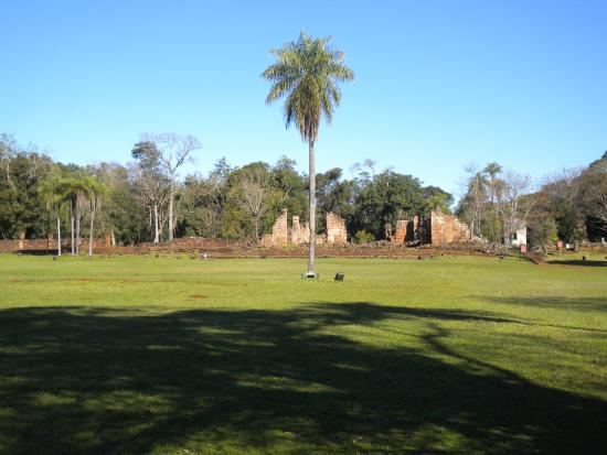 Ruina de Santa Ana: Adobe y espesa vegetación
