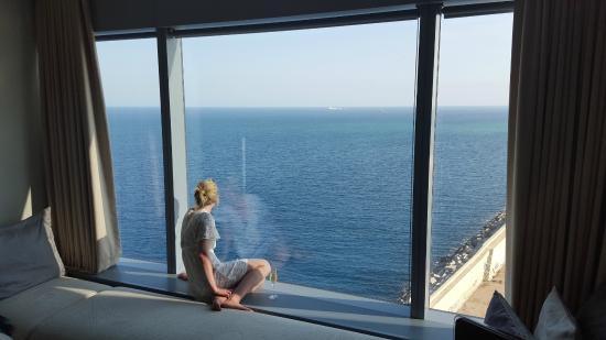 W Barcelona: Wonderful room - giant window with window seat