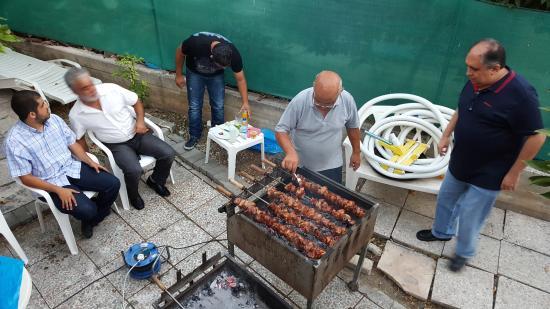 C & A Tourist Apartments: wekelijkse BBQ