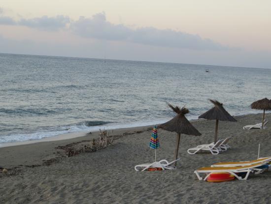 Chaque bungalow dispose d'un parasol et de 2 chaises de plage