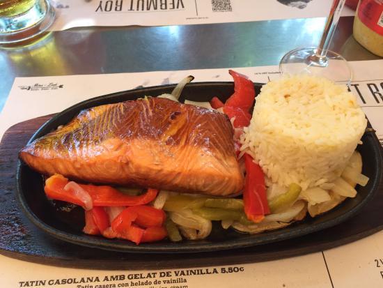 Sports Bar Sitges: Veldig god lunsj, laks med ris.