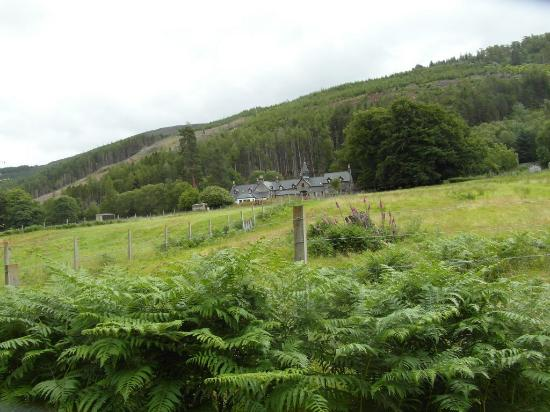 Braemore Square Country House: A view from the river bank