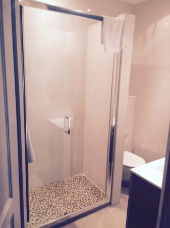 Salle de bain avec grande douche - Photo de Hotel Villa St-Hubert ...