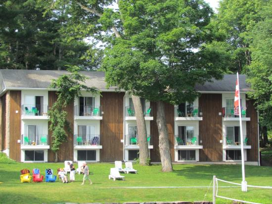 Port Carling, Canada : Pinewood - rooms 3 and 8 partially blocked by trees