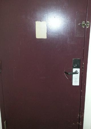 Kiva Hotel Amarillo: White stuff dripped on the door w/no emergency info