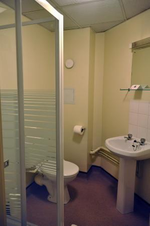 LSE Bankside House: Tiny bathroom