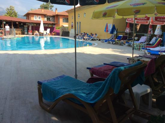Sahin, Apartments : Main pool at 10am - loungers all bagged!  Hamam on right hand side