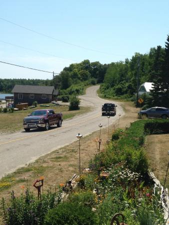 Meldrum Bay, Kanada: The road into the Inn