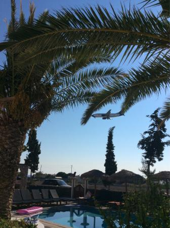 Kafouros Hotel: Nobody mentions the planes, the hotel is at the end of the runway, and although you get used to