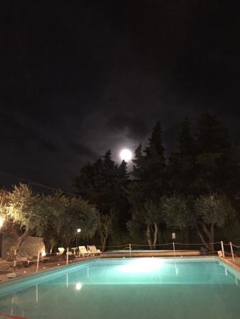Villaggio RTA Borgoverde: Utsikt mot marina, kväll på Hotellet