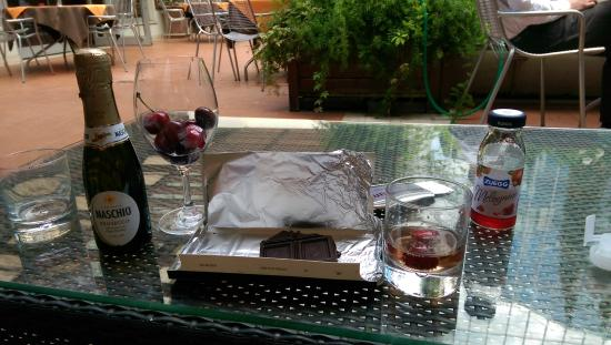 Athenaeum Hotel: Sitting out in the courtyard eating cherries, chocolate and prosecco.