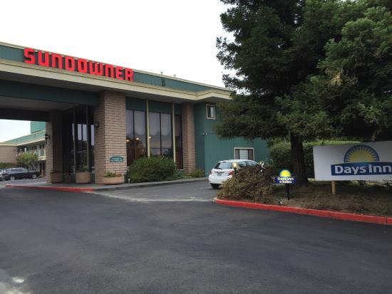 Days Inn & Suites Sunnyvale: 正面玄関。看板はまだサンダウナーのまま