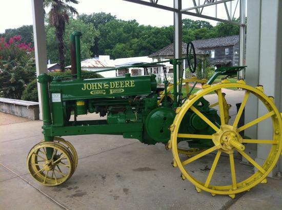 Mississippi Agricultural & Forestry Museum: Un tracteur à l'entrée