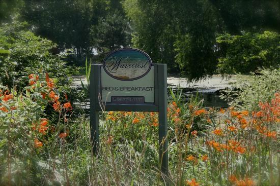 Wavecrest Bed and Breakfast  on Pelee Island: Gardens & pond at entrance