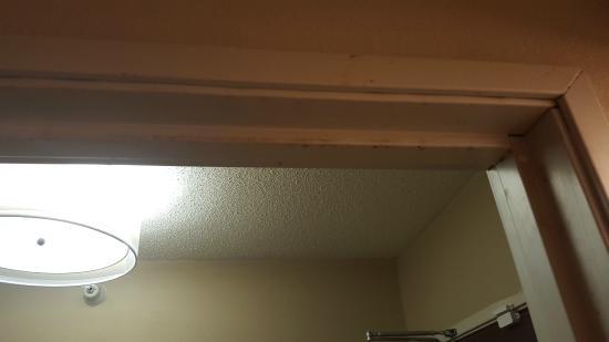 Comfort Inn & Suites : Thick dirt between door frame