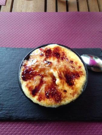Alles-Sur-Dordogne, France: crème brûlée aux fraises... un pur délice !