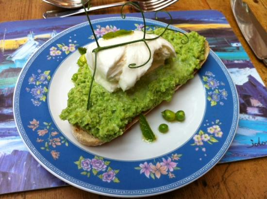 Brae Cottage Bed and Breakfast: Starter: bruschetta with broadbeans, peas and mint