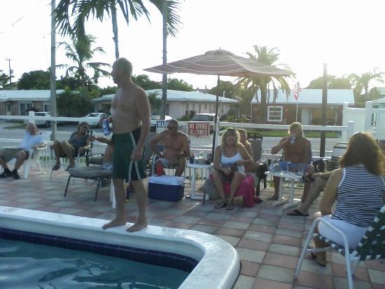 Dolphin Harbor Inn: Guests enjoying the pool.