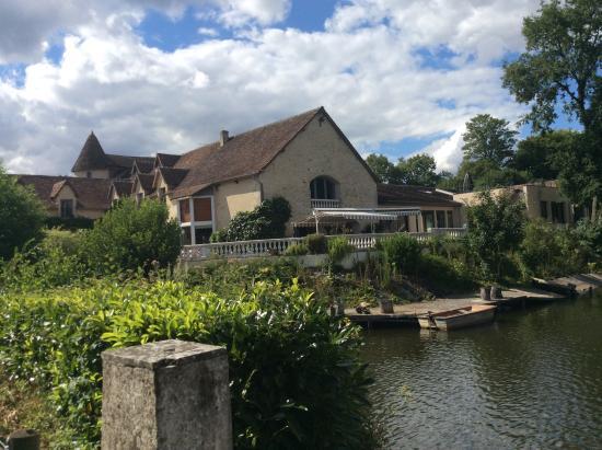 Silence Le Relais des Etangs de Guibert: Hotel from the lake.