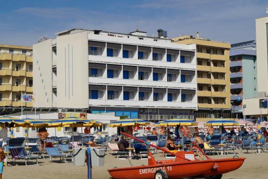 Hotel Touring Spiaggia : Hotel visto dalla spiaggia