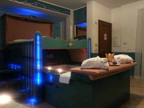 il letto con vasca idromassaggio - Foto di Corte in Fiore ...