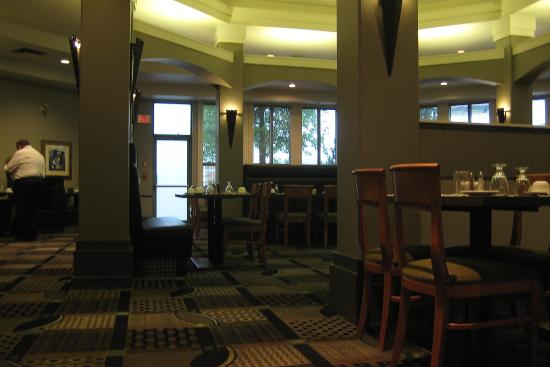 Executive Royal Hotel Regina: Restaurant in hotel. Clean and attractive.