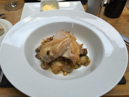 No4 Restaurant : 3 plats différents poulet agneaux saumon Très bien cuisinés savoureux et goûteux