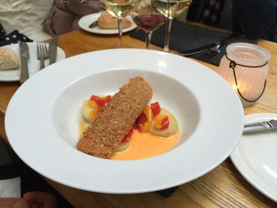 No4 Restaurant: 3 plats différents poulet agneaux saumon Très bien cuisinés savoureux et goûteux