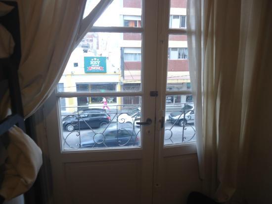 Che Lagarto Hostel Mar del Plata: Ventana con vista a la calle