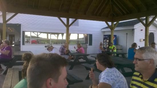 Northwood, NH: Plenty of outdoor seating.
