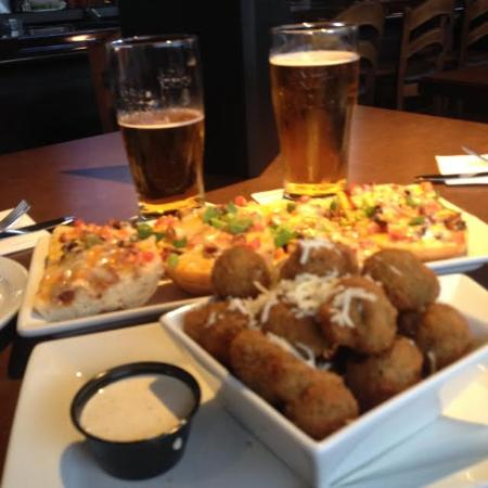 Cobourg, Canadá: All Dressed Bread and Breaded Deep Fried Mushrooms