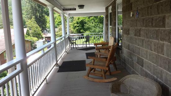 Calhoun House Inn & Suites: Front poarch