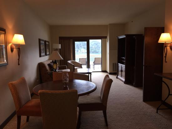 Inn of the Mountain Gods Resort & Casino: Living space in a deluxe suite