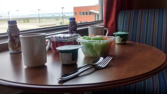 Hotel Le Navigateur: Petit déjeuner dans la chambre avec vue sur le fleuve.
