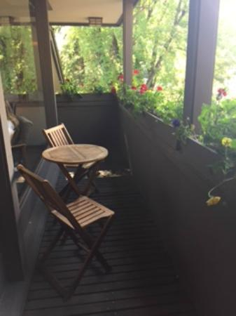 Hearthstone House: Deck off living room overlooking hot tub