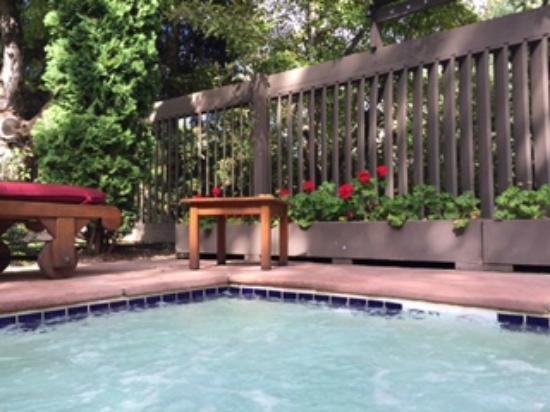 Hearthstone House: hot tub